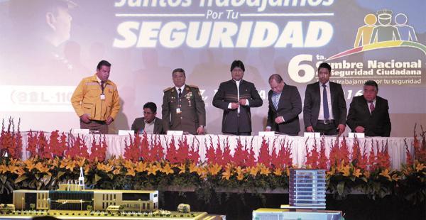 Autoridades nacionales y departamentales concurrieron a la reunión en la capital paceña