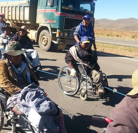 Personas con discapacidad marchan de Sica Sica a Patacamaya. Foto: Wilma Pérez