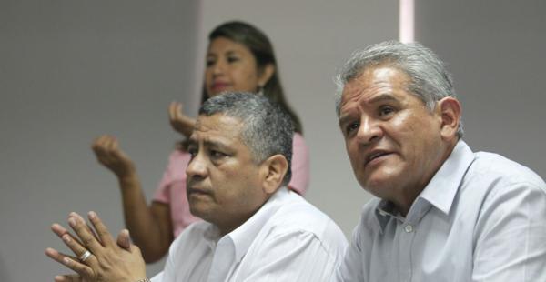 A la derecha, el defensor del Pueblo Rolando Villena y su delegado Hernán Cabrera