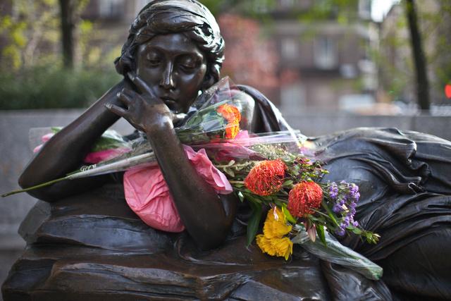 Estatua de Audrey Munson situada en la calle 106 de Nueva York.