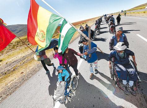 Banderas. Las personas que participan de la movilización portan las banderas de su región y la tricolor nacional.