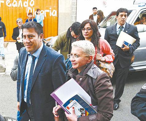 Cita. Los legisladores ingresan a la cárcel de mujeres de Miraflores.