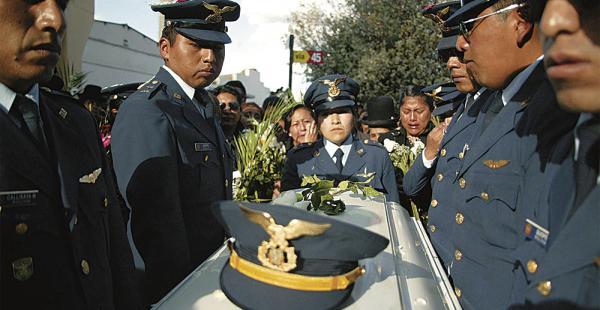 El cuerpo de la sargento Maribel Cerón fue encontrado el martes en El Alto; ayer se realizó el sepelio