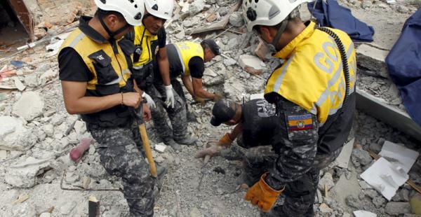 Los trabajos de rescate siguen en Ecuador, cientos de personas aún están desaparecidas