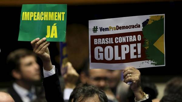 La tensión se respira en el Congreso brasileño, Legisladores con los carteles de apoyo y repudio al impeachment contra Dilma. REUTERS