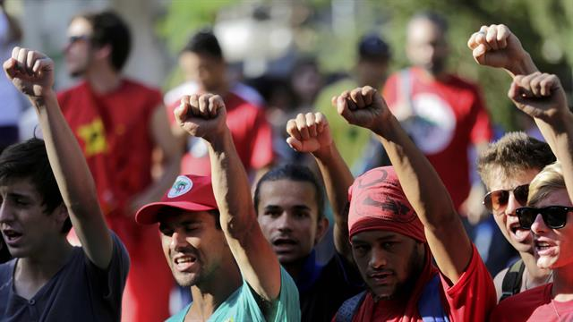 Integrantes del Parido de los Trabajadores se manifiestan en contra del impeachment de la presidenta Dilma Rousseff en Porto Alegre. Foto: Reuters / Lunae Perracho