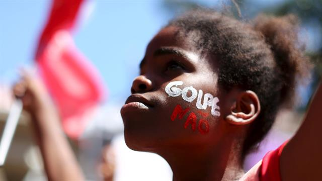 Una manifestante en contra del impeachment de la presidenta Dilma Rousseff, en San Pablo.. Foto: Reuters / Rodrigo Paiva