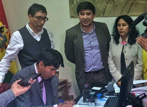 El senador Milton Barón en el cierre de inscripciones a postulantes a Defensor del Pueblo. Foto: Twitter @SenadoBolivia