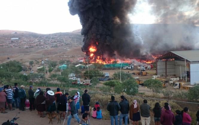 Bomberos controlan ingente incendio en el botadero de llantas en Cochabamba