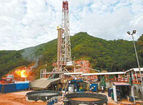 Operaciones. Actividades de explotación petrolera que efectúa la firma Repsol en el campo Margarita.