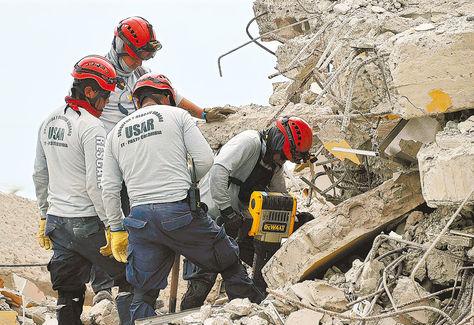 Rescate. Un equipo colombiano busca sobrevivientes en  Pedernales, una de las ciudades más afectadas por la tragedia del sábado.
