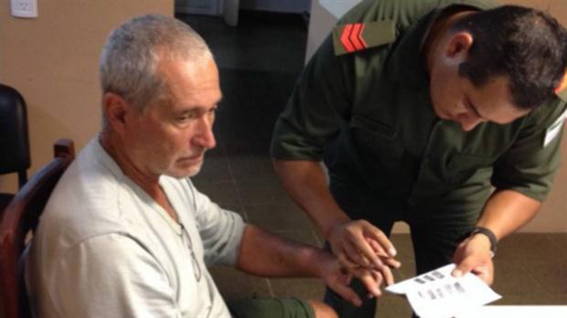 La policía le toma las huellas dactilares a Jorge Chueco