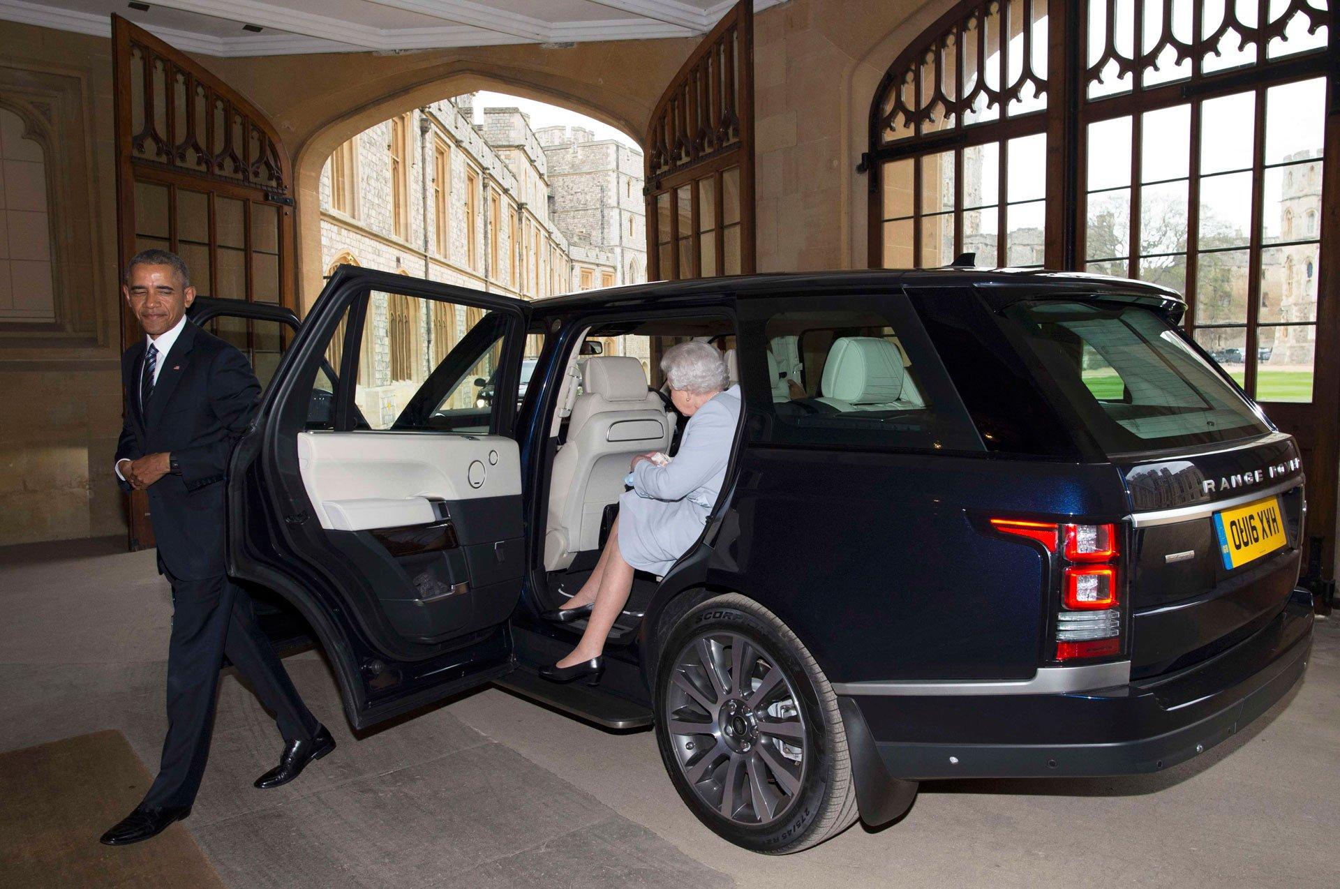 la reina de inglaterra barack obama y la primera dama con un chofer de lujo. Black Bedroom Furniture Sets. Home Design Ideas