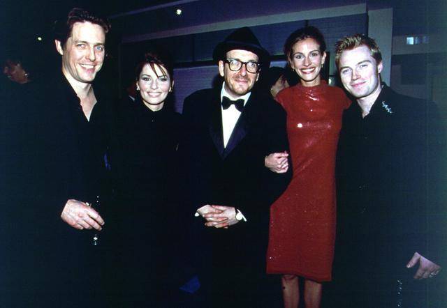 Por contrato, tiene que haber al menos dos músicos entre Hugh y yo cada vez que posemos para una foto. Shania Twain y Elvis Costello me parecen bien.