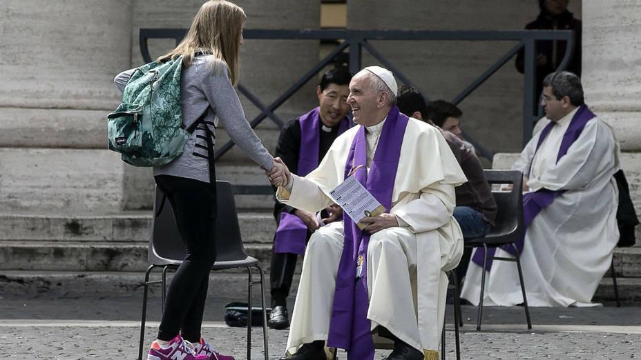 El papa Francisco saluda a una de los 16 jóvnes a los que confesó en la plaza San Pedro. (Angelo Carconi/Efe)