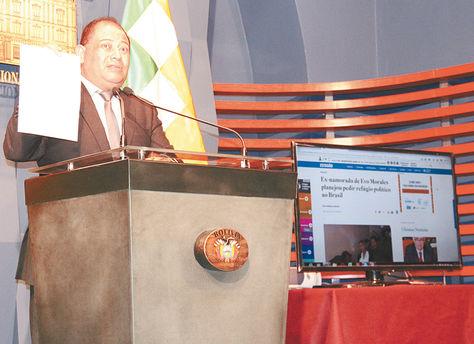 Informe. Romero habla sobre el casoZapata.Durante la rueda de prensa se mostró el reporte digital del diario brasileño.