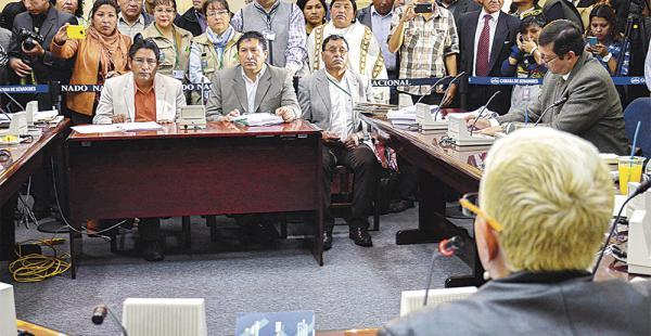 El gobernador Félix Patzi dejó en 'offside' a los asambleístas al responder en idioma aimara