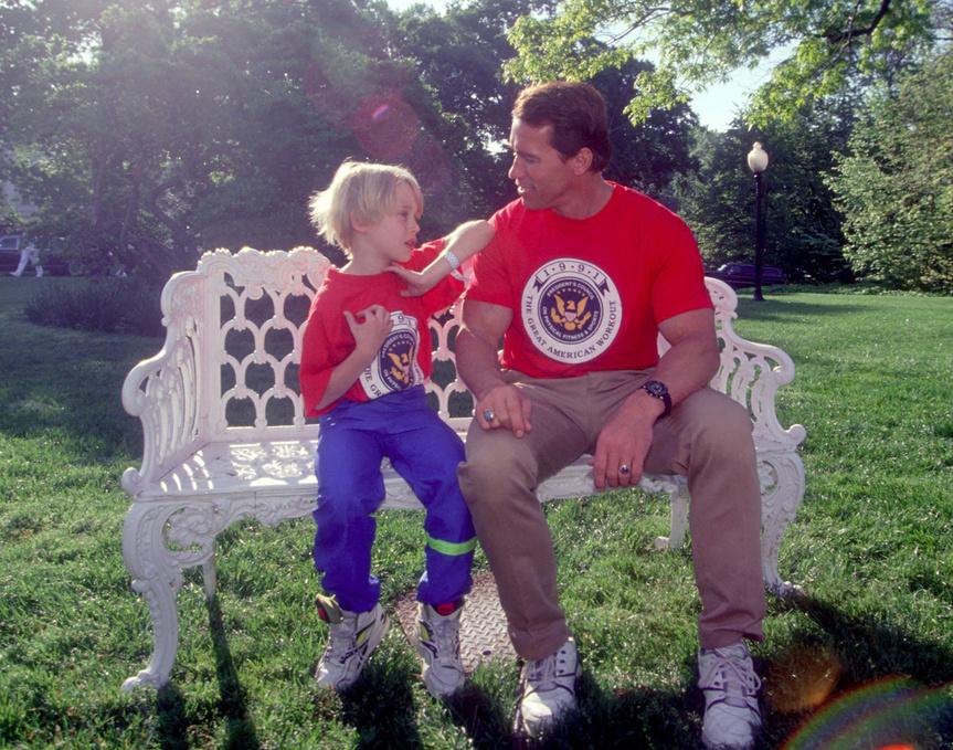 Macaulay Culkin charla con Arnold Schwarzenegger en los jardines de la Casa Blanca en 1991.