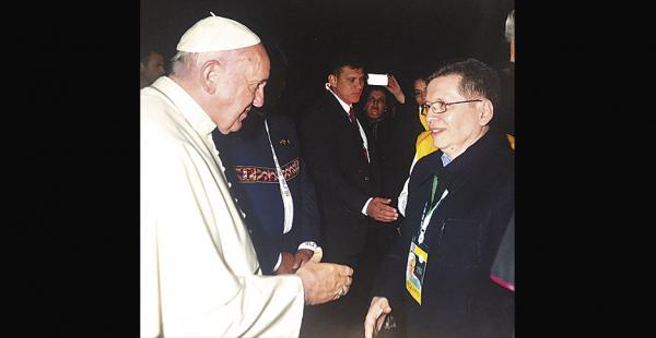 Julio César Caballero saluda al papa en Viru Viru. Fue en 2015