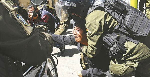 un acuerdo a medias los marchistas protestaron porque el gobierno firmó con un sector Por tercer día consecutivo hubo tensión entre la Policía y las personas con discapacidad