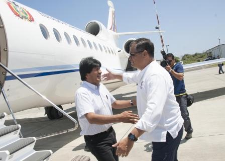 La Paz y Manta, ECUADOR, 27 abr (ABI).- El presidente Evo Morales llegó el miércoles a la ciudad de Manta, Ecuador, donde entregó ayuda humanitaria destinada a las personas afectadas por el devastador terremoto registrado el 16 de abril en zonas costeras de ese país.     Morales llegó alrededor de las 12h29 al aeropuerto militar de Manta, junto al ministro de Defensa, Reymi Ferreira, y fue recibido por su homólogo ecuatoriano, Rafael Correa.     Según imágenes de la televisora Bolivia TV, la ayuda humanitaria recolectada en Bolivia llegó en dos aviones Hércules y una aeronave de la aerolínea Transporte Aéreo boliviano (TAB).     La Red Patria Nueva dio cuenta de 100 toneladas de ayuda humanitaria entre alimentos, agua potable y medicamentos.     De acuerdo con la agenda oficial, Morales y Correa sostendrán una reunión bilateral y luego recorrerán las zonas afectadas en esa región. Vic/ma