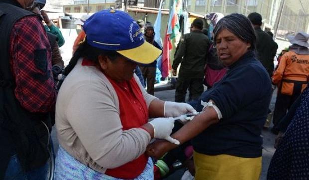 Discapacitados se extraen sangre en  protesta