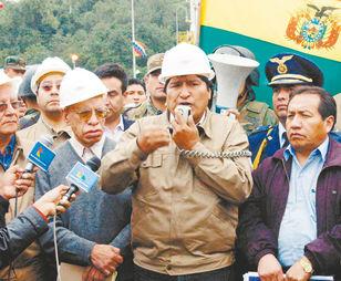 tarija. El presidente Evo Morales, junto a una comitiva en el campo San Alberto, donde hizo el anuncio de la nacionalización, el 1 de mayo de 2006.
