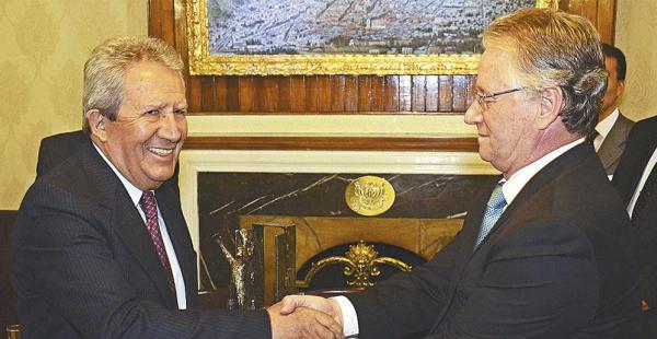 Humberto Vacaflor recibió anoche el galardón de manos del presidente de la ANP, Pedro Rivero Jordán