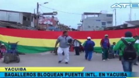 Los bagayeros se movilizan en Yacuiba.