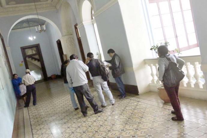 REALIDAD. En los pasillos de la Gobernación y en La Madona hay varios profesionales que intentan ubicarse en una fuente