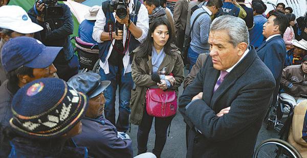 El defensor del pueblo, Rolando Villena, se reunió con las personas con discapacidad. Se ofreció de mediador
