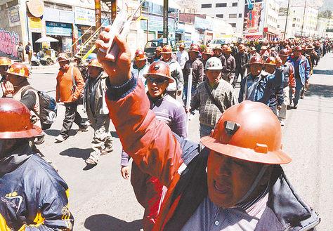 Protesta. Mineros marchan con dinamitas en el centro paceño, en 2012. Ese día murió un obrero.