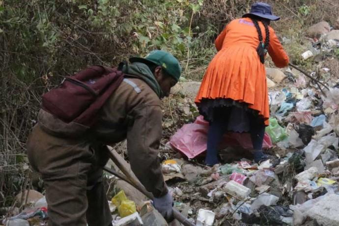 BASURAL. En el entorno de la Destacamento Chuquisaca se encontró toneladas de residuos.