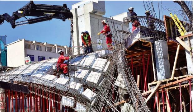 Los ocho obreros  cayeron seis metros junto con el concreto
