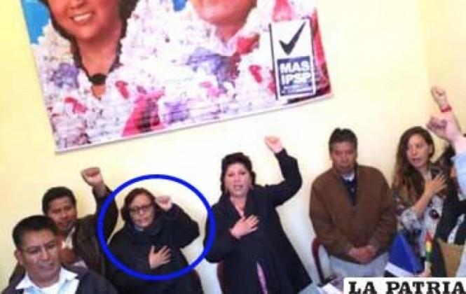 Teresa Subieta, aspirante a Defensora del Pueblo, aparece en una fotografía con el puño en alto en un acto del MAS