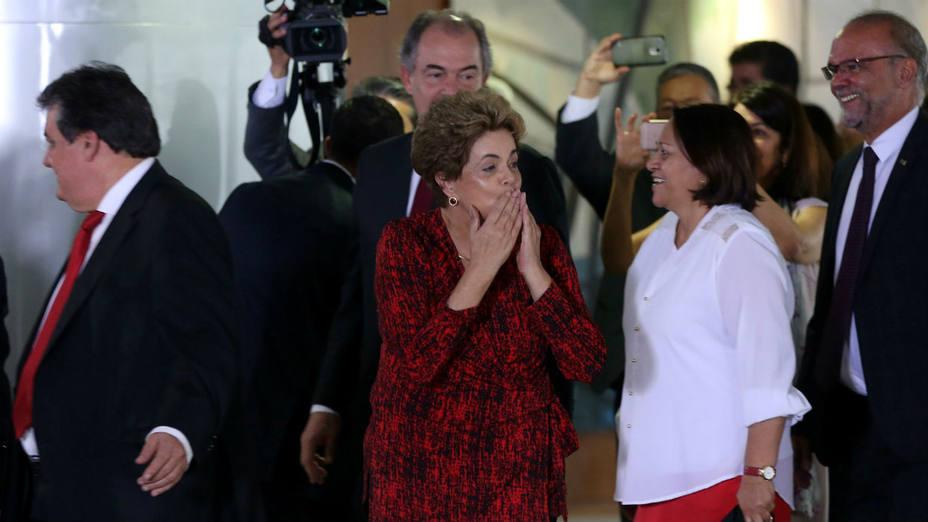 La presidenta de Brasil, Dilma Rousseff, lanza un beso a seguidores en una ceremonia en el palacio de Planalto. (Ueslei Marcelino/Reuters)