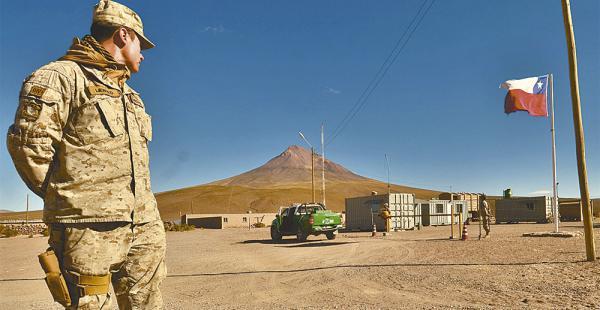La base chilena está a menos de 50 km de la frontera, como recomiendan los organismos internacionales