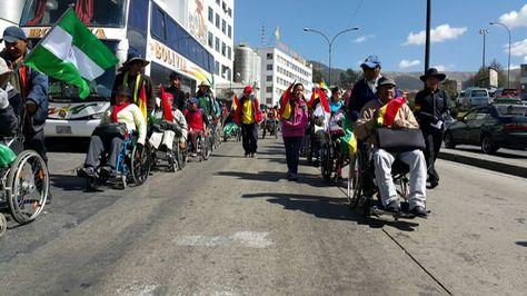 Los discapacitados iniciaron su marcha desde la avenida Ismael Montes.  Foto: Ángel Guarachi