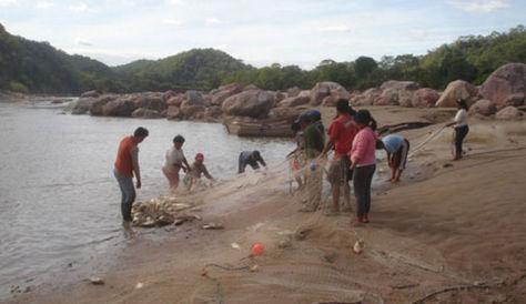 Un grupo de gente en labores de pesca en el río Pilcomayo
