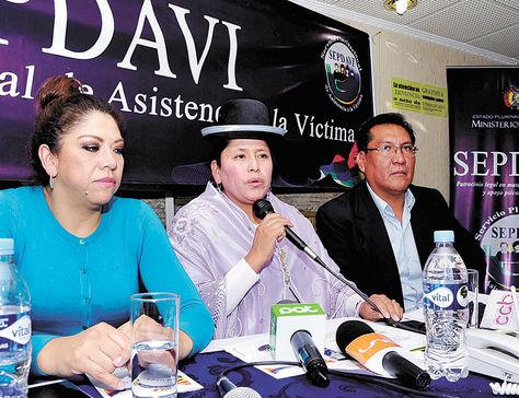 La Paz. La ministra de Justicia, Virginia Velasco (centro), durante una conferencia de prensa, ayer.