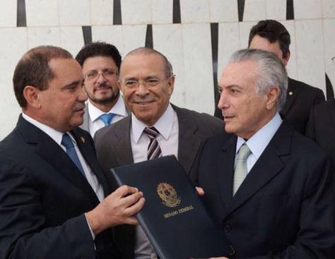 Michel Temer (der.) asume la presidencia interina de Brasil.