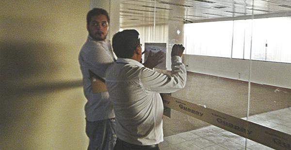 Funcionarios de la Fiscalía en el procedimiento de incautación del edificio Guapay de la Sucre y Potosí