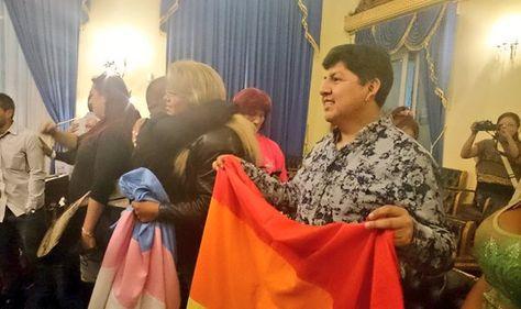 Tras concluir la sesión en el Senado, varias personas celebraron la aprobación de la norma. Foto: Cámara de Senadores