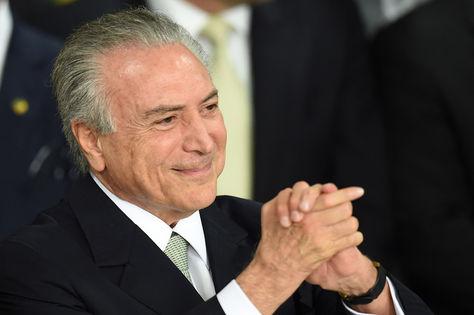 Ayer. Michel Temer hace la señal de la victoria luego de asumir la presidencia de Brasil.
