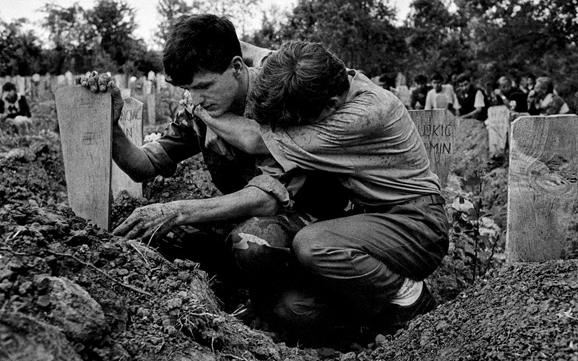 (Fuera de Brcko. Bosnia, 1993).Creo que la gente se debe ofender con el genocidio. Se debe ofender con la limpieza étnica. Se debe ofender con el hambre.Mi trabajo no es hacer que esas cosas sean cómodas o fácilmente digeribles, dij