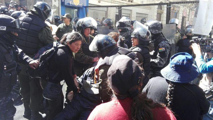 Las personas con discapacidad intentaron ingresar a la Plaza Murillo por la calle Comercio y fueron dispersados con ayuda de un carro Neptuno.