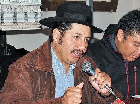 Conferencia. El gobernador de Chuquisaca, Esteban Urquizu.