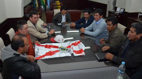 El presidente Evo Morales reunido con la ministra de Jusiticia, Virginia Velasco, y autoridades del departamento de Chuquisaca en la Gobernacación de Cochabamba. Foto: Fernando Cartagena