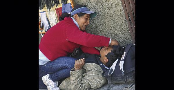 Una paramédico auxilia a una persona que sufrió un desmayo