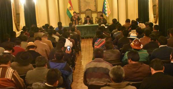El primer mandatario, al retorno de su viaje a EEUU, estuvo en Palacio junto a las autoridades locales.